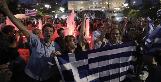 Celebración en la plaza de Syntagama de lo que parece una victoria segura del NO.- EFE