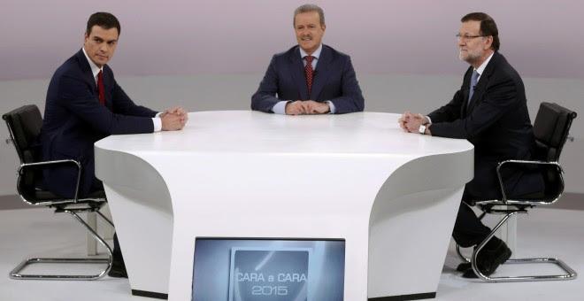 Mariano Rajoy y Pedro Sanchez, y el moderador Manuel Campo Vidal, al inicio del cara a cara. REUTERS/Juan Medina