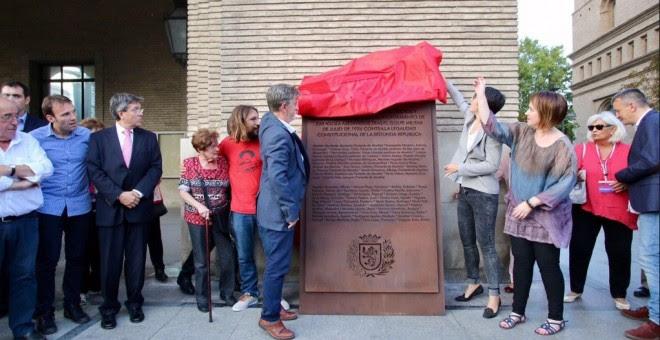 El alcalde de Zaragoza, Pedro Santisteve, descubrió este viernes la placa de homenaje a los 15 ediles republicanos y 30 trabajadores municipales asesinados por los sublevados en 1936.