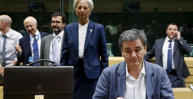 El ministro griego de Finanzas, Tsakalotos, ante la mirada de Lagarde. REUTERS