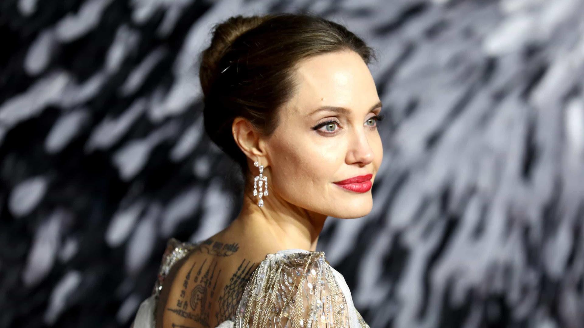 'Raramente acordo me achando boa o suficiente', afirma Angelina Jolie sobre fama
