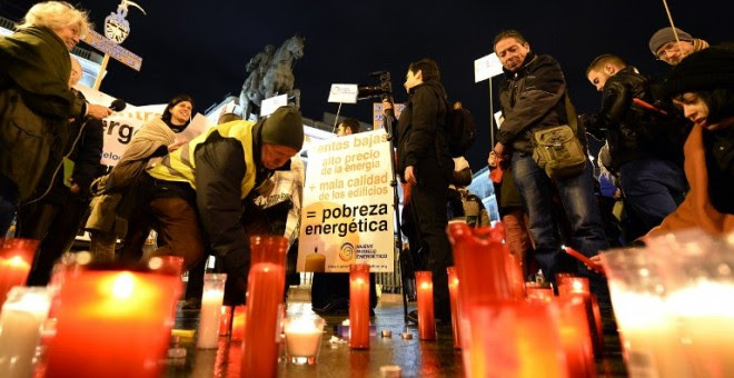 Concentración contra la pobreza energética en la madrileña Puerta del Sol. AFP PHOTO / Gerard Julien