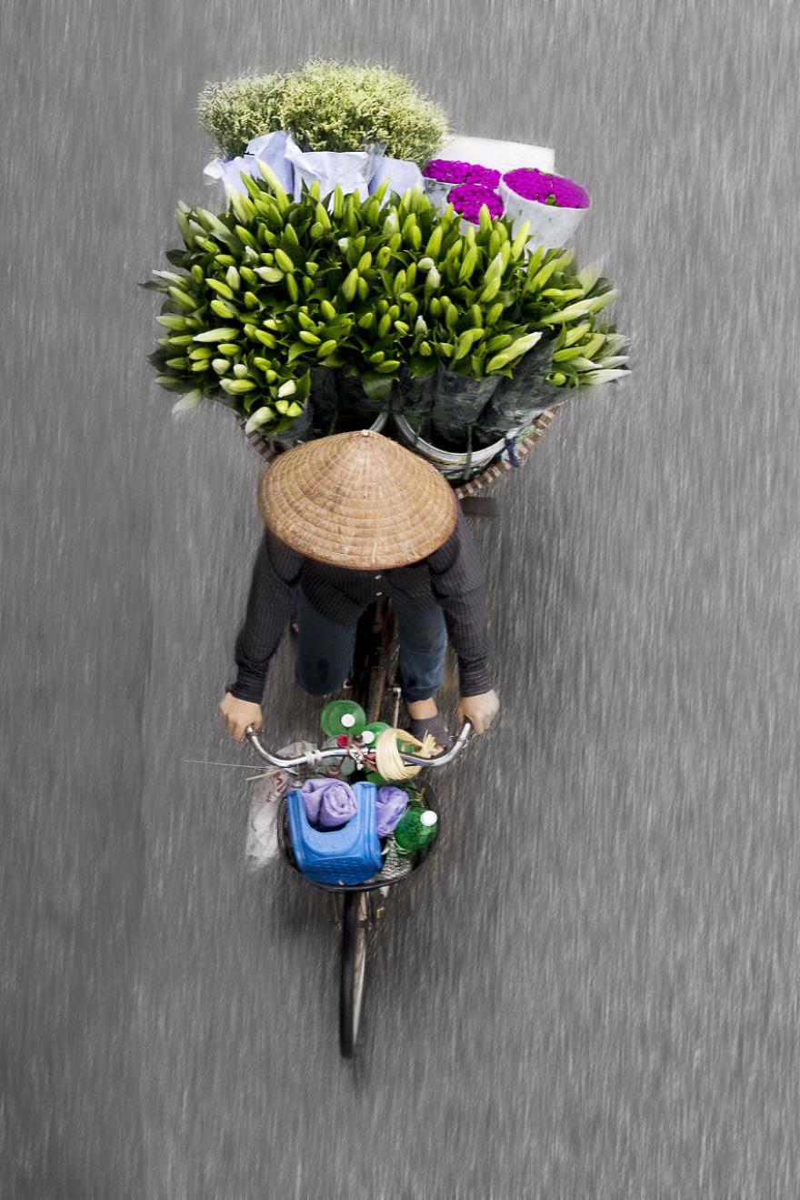 http://static.boredpanda.com/blog/wp-content/uploads/2016/10/I-spend-days-on-bridges-to-take-images-of-roaming-vendors-5804740c0dede__880.jpg