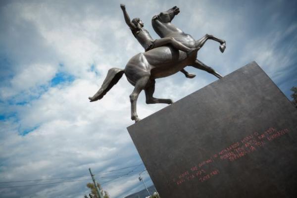 Βανδάλισαν το άγαλμα του Μεγάλου Αλεξάνδρου στην Αθήνα