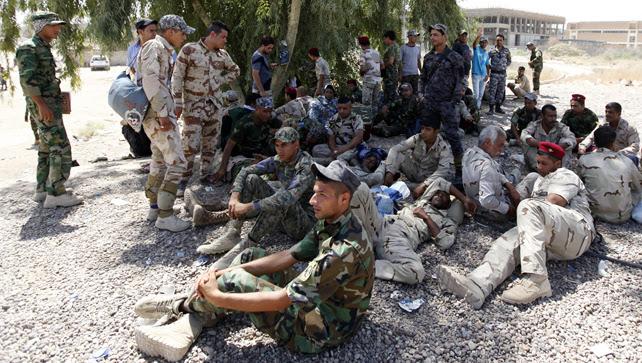 Voluntarios chiíes, que se han unido al ejército iraquí para luchar contra los militantes del Estado Islámico, anteriormente conocido como el Estado Islámico de Irak y el Levante (ISIL), descansan en Bagdad.