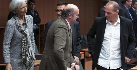 El ministro de Economía, Luis de Guindos, conversa con el titular griego de Finanzas, Yanis Varoufakis, en presencia de la directora gerente del FMI, Christine Lagarde. REUTERS