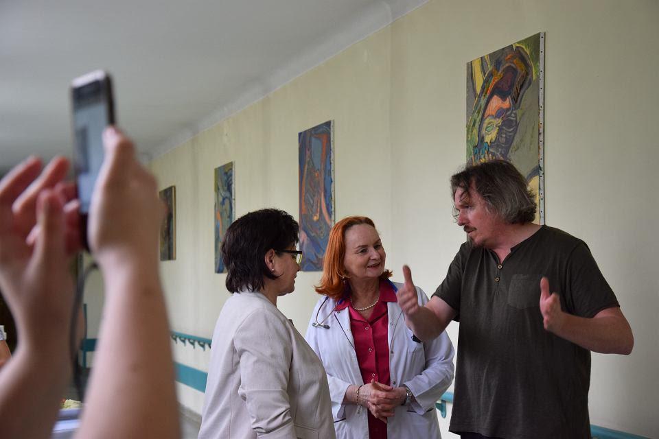 Wernisaż wystawy w szpitalu im. Stefana Żeromskiego (z prawej Jan Bosak)