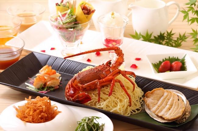 「千葉県産イセエビ・鮑・燕の巣」がトッピングに入った「皇家冷麺」