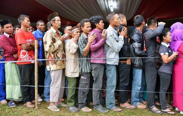 Dân Indonesia xếp hàng để bỏ phiếu trong cuộc bầu cử tổng thống của đất nước trong làng Bojong Koneng tại Bogor, tỉnh Tây Java, trong tháng Bảy. Nguồn: Bay Ismoyo / Agence France-Presse - Getty Images