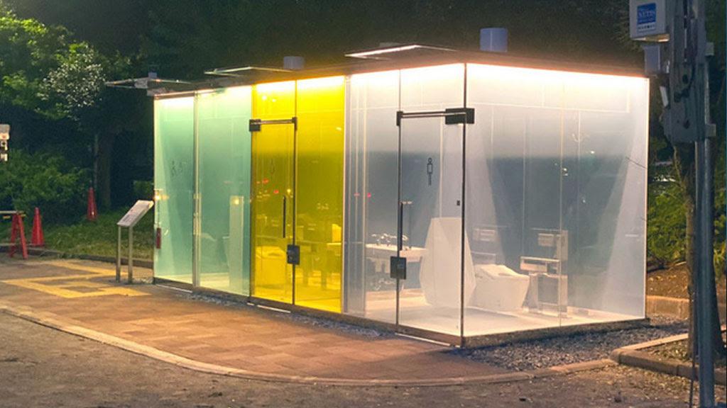 Độc đáo: Hệ thống nhà vệ sinh công cộng trong suốt tại Nhật Bản