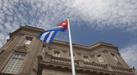 La Bandera Nacional ondea en el cielo de Washington, durante la ceremonia oficial de reapertura de la Embajada de la Isla en Estados Unidos. Foto: Ismael Francisco/ Cubadebate