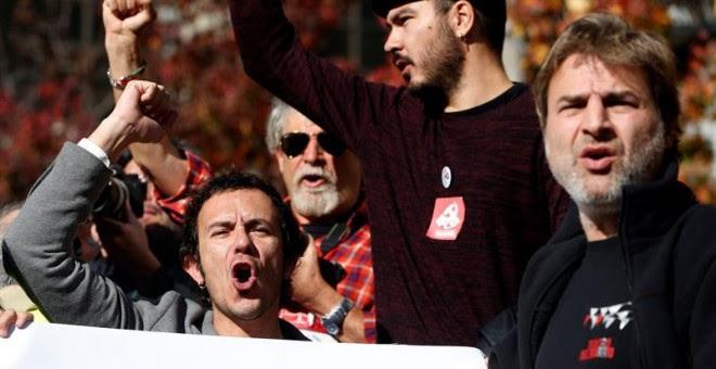 El alcalde de Cádiz, José María González 'Kichi' (i), junto al actor Alberto San Juan (d), durante la concentración en contra de una intervención militar en Siria.- EFE/J. J. Guillén