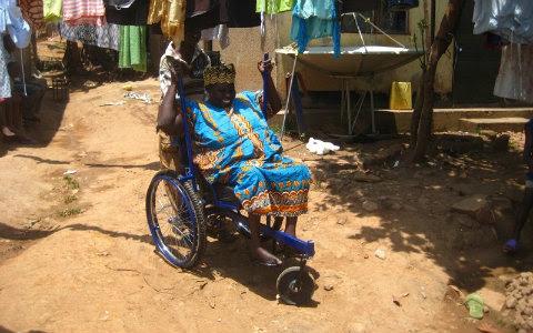 Feita com materiais de bicicleta, cadeira tem alavancas para terrenos irregulares