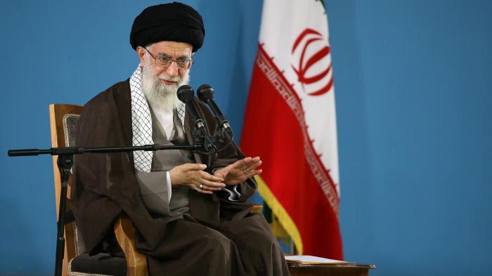 Iran : les femmes défient les ayatollahs