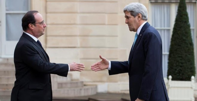 El presidente galo, François Hollande (izq), saluda al secretario de Estado de EE.UU., John Kerry.  EFE/Ian Langsdon