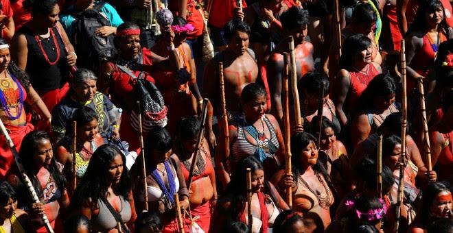 Indígenas participan en una marcha para exigir respeto por sus derechos y protestar contra el presidente de Brasil, Jair Bolsonaro. Reuters