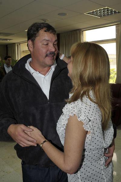 Nuestro héroe Ramón Labañino (I), con su esposa Elisabeth (D), a su arrivo a la patría, en La Habana, el 17 de diciembre de 2014.    AIN  FOTO/ Estudios Revolución