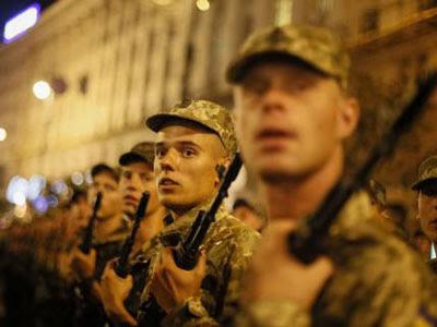 Soldados ucranianos en un ensayo para el desfile militar del día de la independencia en el centro de Kiev