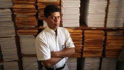 El abogado Pablo Fajardo. Delante de los expedientes del caso Texaco-Chevron
