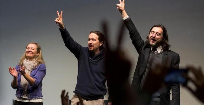 El candidato de Podemos a la Presidencia del Gobierno, Pablo Iglesias, acompañado por el responsable de Relaciones con la Sociedad Civil, Rafa Mayoral, y la juez Victoria Rosell, durante un acto de campaña celebrado hoy en el Teatro Alameda de Málaga. EFE
