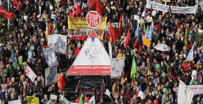 Activistas de los derechos de consumidores participan en la marcha para protestar contra TTIP en Berlín.- REUTERS.