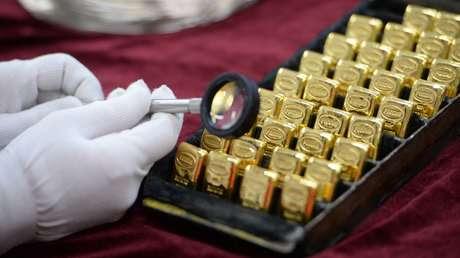 El oro alcanza su máximo histórico mientras el dólar hunde: ¿a qué se debe y cuál es el pronóstico para el futuro?