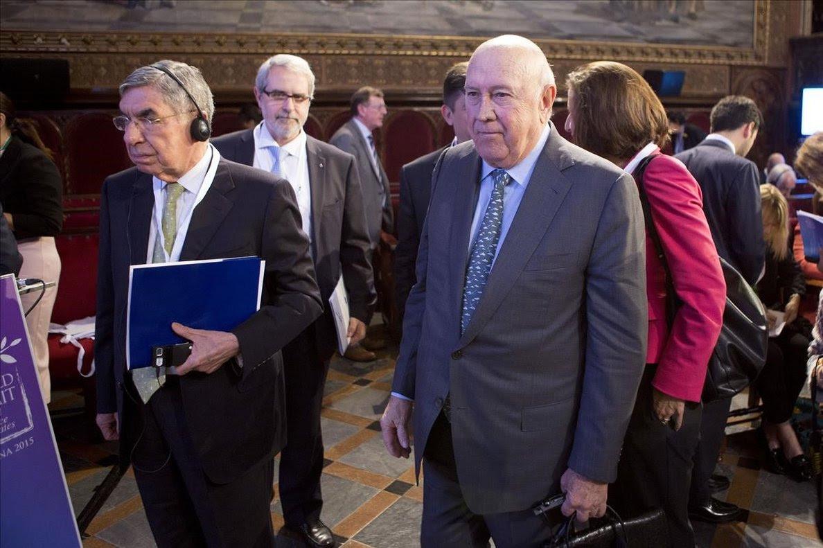 Óscar Arias (izquierda), en un acto en la Universidad de Barcelona en el 2015.