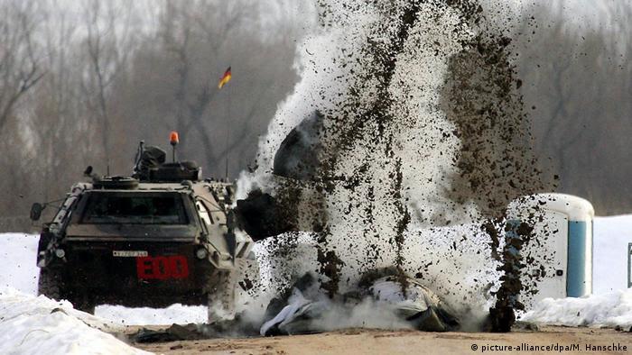 Blowing up mines near Sarajevo (picture-alliance/dpa/M. Hanschke)