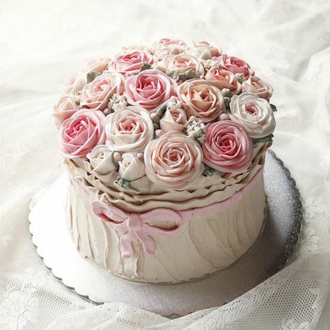 Ai đã gieo vào bánh những hạt giống, để giờ hoa hồng nở rộ nơi đây.
