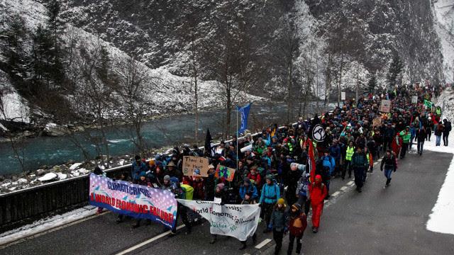 Manifestantes pelo clima a caminho do Fórum de Davos