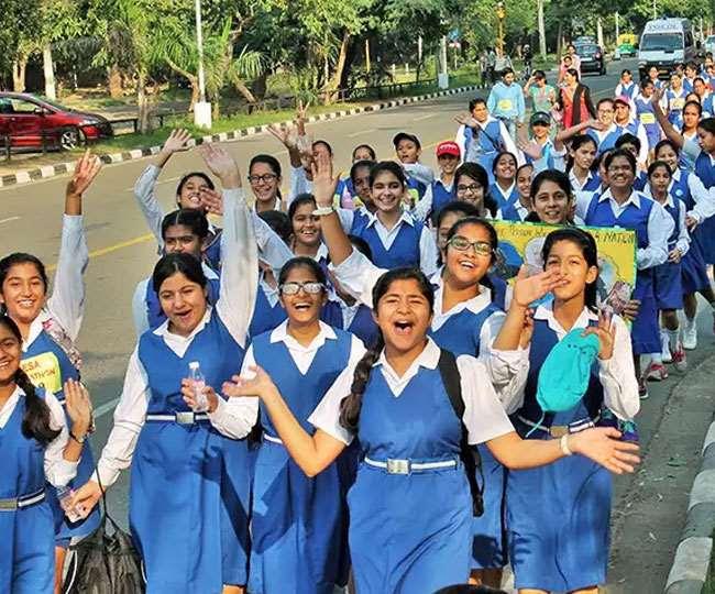 छत्तीसगढ़ में बम धमाकों की गूंज के बीच नक्सलगढ़ के बच्चों ने फैलाया शिक्षा का उजियारा