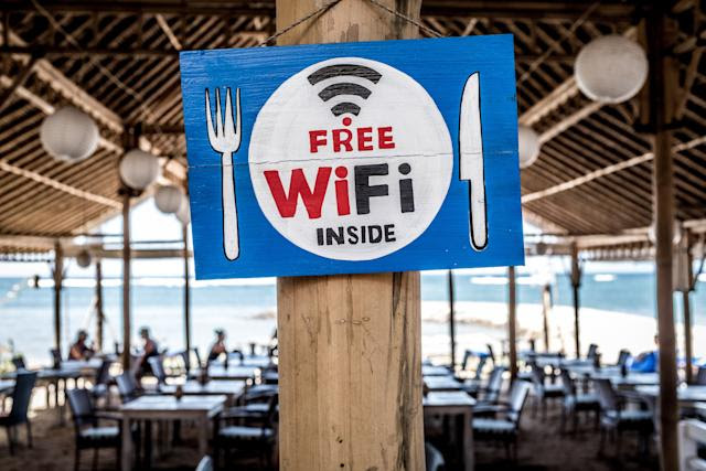 Por qué debes evitar el wifi público. (Bernard Hermant/Unsplash)