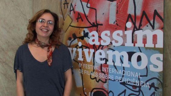 Lara Pozzobon é responsável pelo Festival Assim Vivemos e o projeto Teatro Acessível
