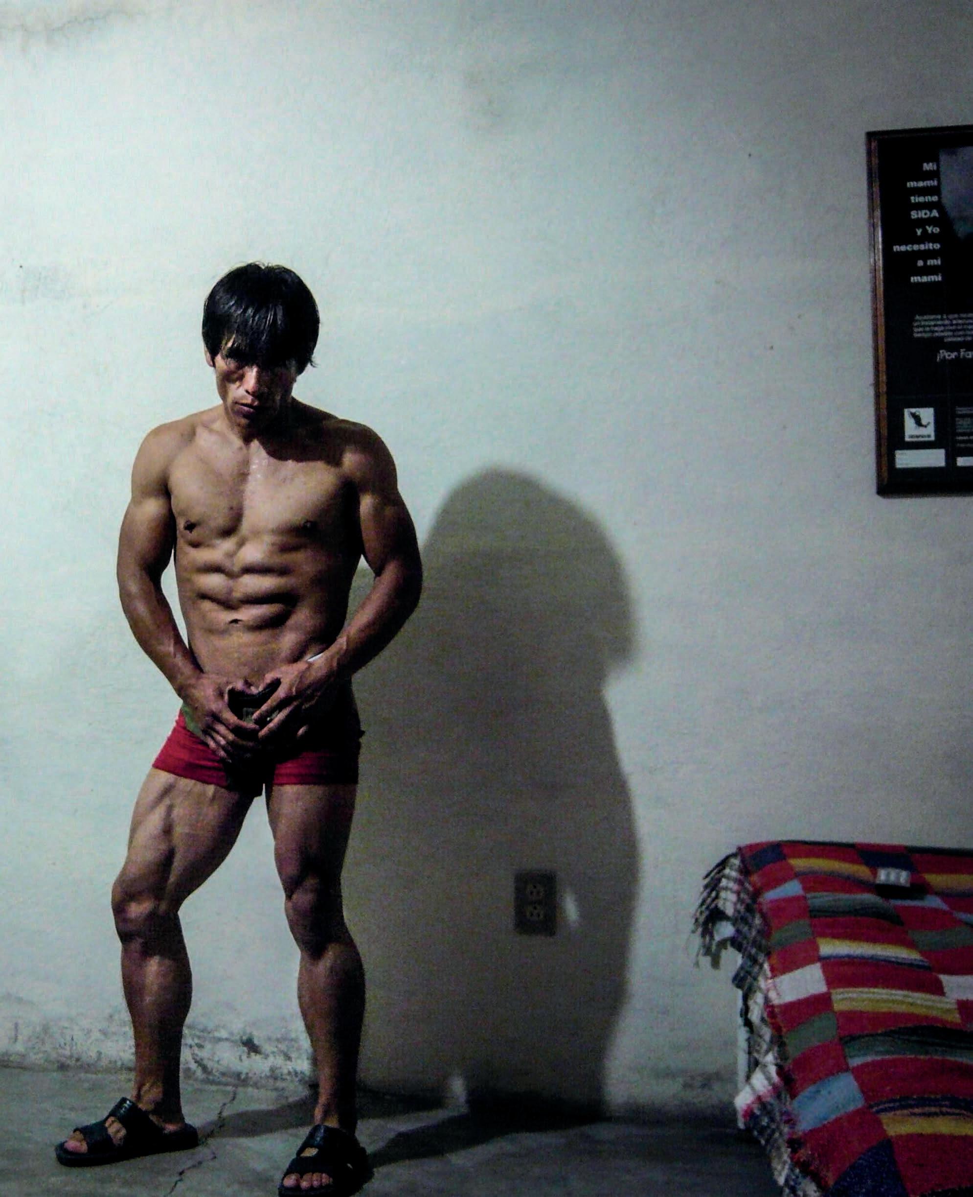 Un hombre con músculos que sufren de VIH a través de los ojos positivos
