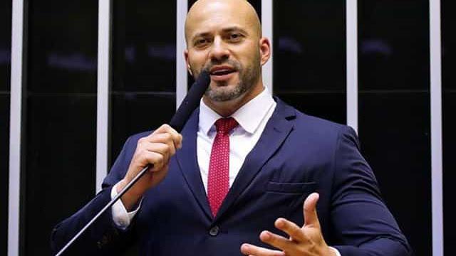 PF afirma que assessores entregaram celulares a Daniel Silveira na prisão