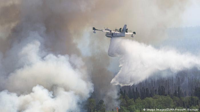 Avião combate incêndio florestal no Alasca