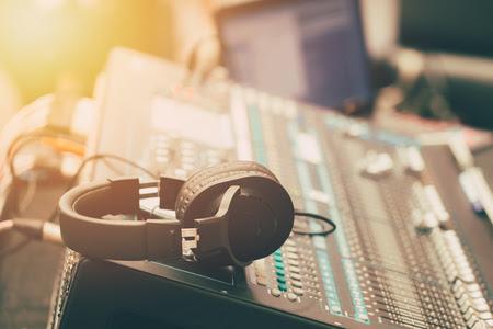 Sound-Musik-Mixer mit Kopfhörer Morgen Szene Standard-Bild - 84060654