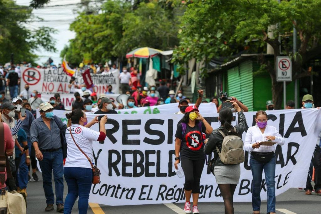 Photo showing march and banners in San Salvador