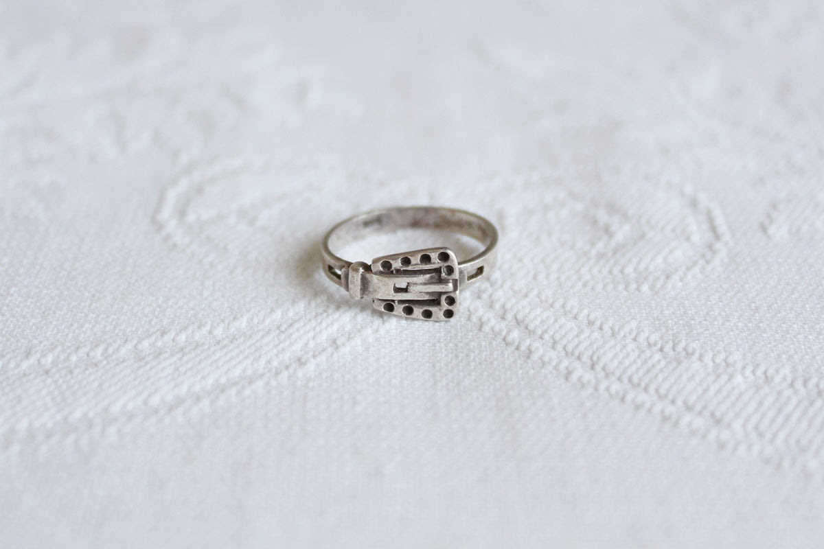 VINTAGE STERLING SILVER BUCKLE RING - SIZE Q