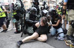 La Policía de Hong Kong ataca brutalmente a los manifestantes y Reino Unido sigue enviando armas