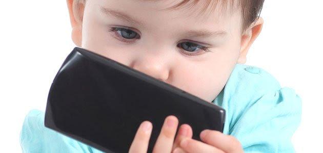 Cómo controlar el uso de las nuevas tecnologías a los bebés y niños El acceso de los niños a las nuevas tecnologías parece no tener frenos. Antes, la preocupación se limitaba a que los niños se quedaban demasiadas horas frente a la televisión, mientras hoy hay un gran desasosiego de los padres acerca del contacto que tienen los niños, incluso los bebés, con los smartphone y tabletas. Expertos en el tema alertan sobre el riesgo del uso de esos aparatos en bebés y niños. ¿Son los teléfonos móviles y las tablets las nuevas niñeras y cuidadores de los niños? Cómo