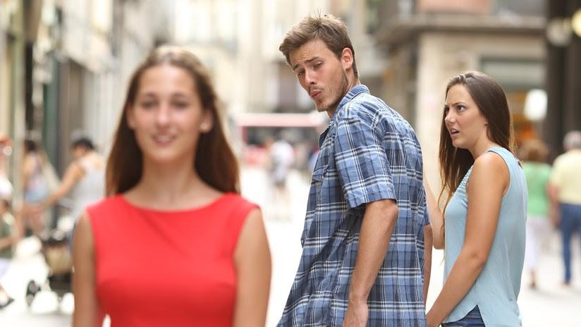 El popular meme del 'novio distraído' cae bajo la mira de las autoridades