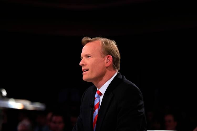 John Dickerson moderates a Democratic presidential debate in 2015. (Nati Harnik/AP)