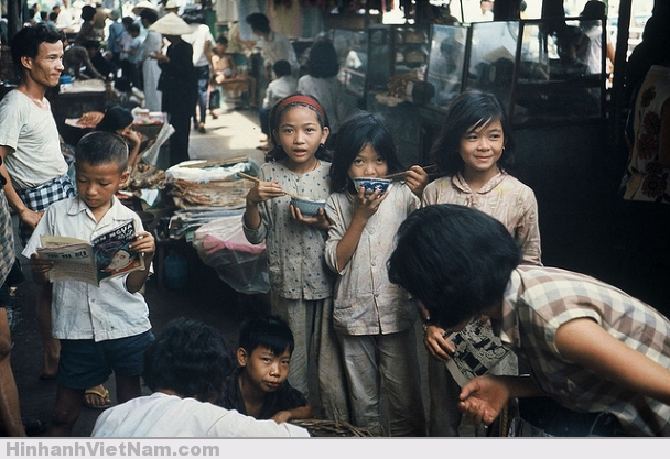 Các em bé Sài Gòn thật hồn nhiên và dễ thương trong cuộc sống tạm bợ, vất vả giữa cuộc chiến.