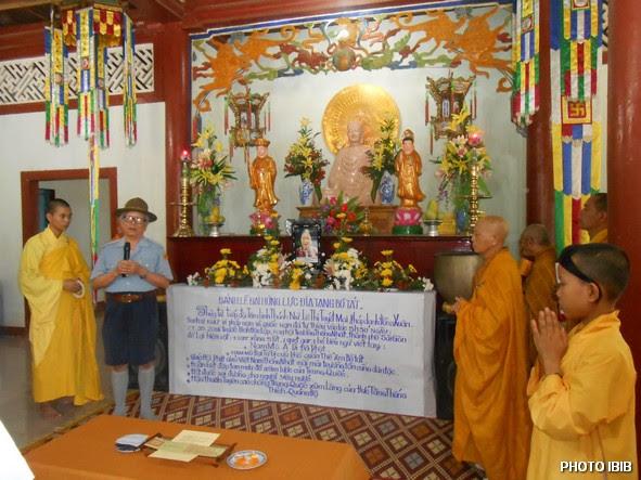 Huynh trưởng Lê Công Cầu đọc tiểu sữ Htr Lê Thị Tuyết Mai và nói về ý nghĩa của Ngọn Đuốc Tự thiêu – Hình PTTPGQT
