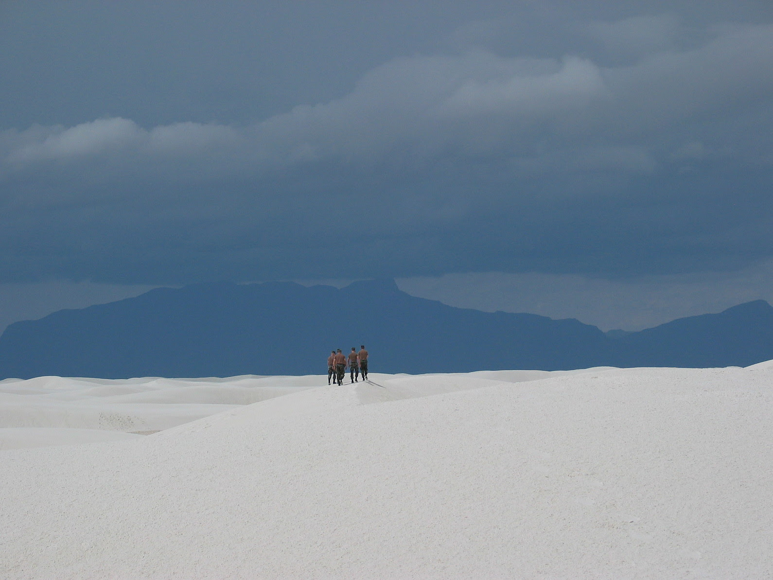 http://upload.wikimedia.org/wikipedia/commons/3/39/White_sands_soldiers2.jpg