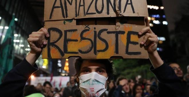 Decenas de personas participan en una protesta este viernes, en Sao Paulo (Brasil), contra los incendios. EFE/ Fernando Bizerra Jr