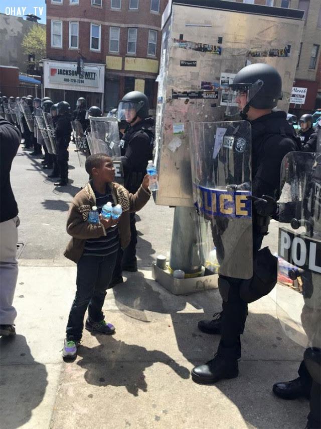 Cậu bé mời cảnh sát uống nước trong ngày nắng nóng ở Baltimore.,Hoa Kỳ,nước mỹ,lòng nhân ái