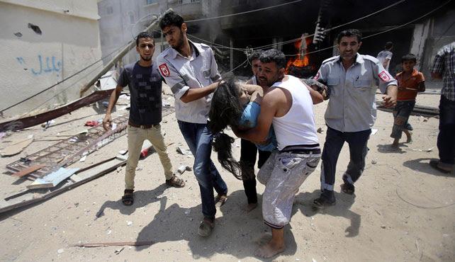 Palestinos trasladan a una joven herida tras la explosión de su casa en Gaza.