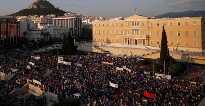 Miles de manifestantes llenan la Plaza de Syntagma frente al edificio del Parlamento en Atenas, Grecia, para protestar contra las políticas de austeridad y en favor del 'NO' en el referéndum sobre las reformas propuestas por la troika.-  REUTERS / Alkis K